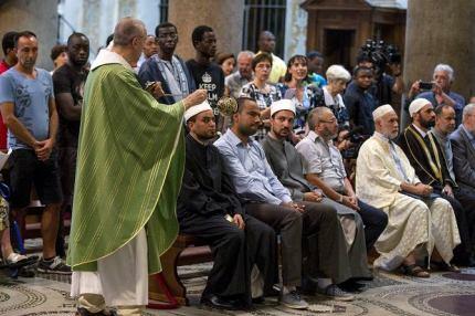 z20480836Q,Muzulmanie-w-kosciele.jpg